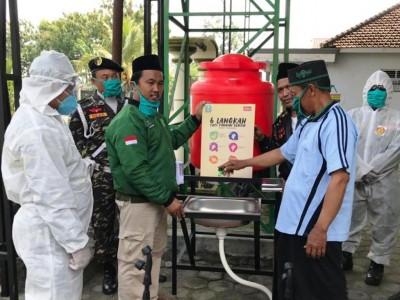 Cegah Corona, ISNU Blitar Serahkan Tabung Cuci Tangan untuk Masjid