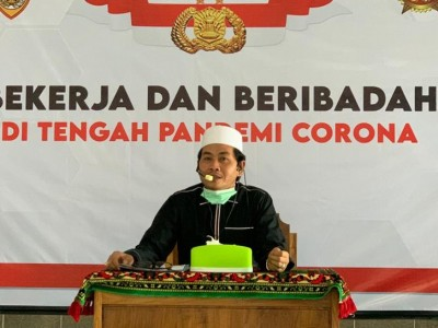 Kompaknya Anggota Polri Se-Indonesia Ngaji Virtual ke Kiai Anwar Zahid