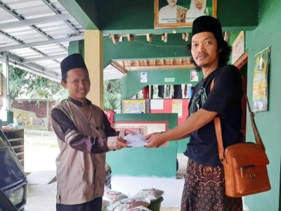 Lesbumi NU Pekalongan Bagikan Kado Lebaran untuk Guru Ngaji