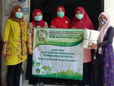 Perempuan Pengasuh Pesantren Salurkan Bantuan APD