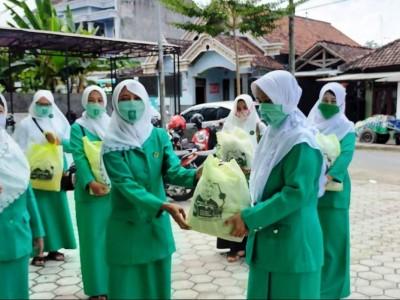 Sembako Bantuan Ketum Fatayat NU Sapa Guru Ngaji di Tulungagung