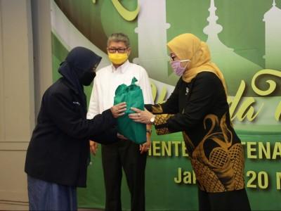 Menaker Ida Bagikan 6.250 Paket Sembako Bagi Serikat Pekerja