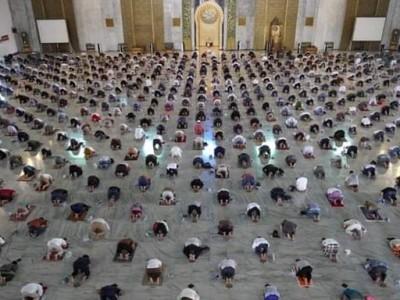 Terapkan 14 Protokol Kesehatan, Beginilah Penampakan Shalat Jumat di Masjid Al Akbar Surabaya