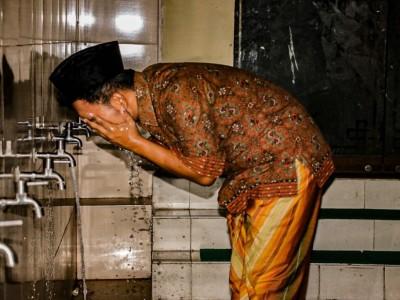 Tata Cara Berwudhu dengan Menggunakan Air Keran