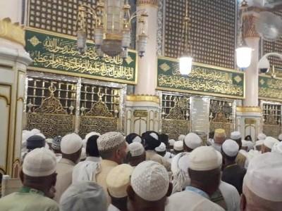 Hukum Shalat di Masjid yang Ada Makamnya