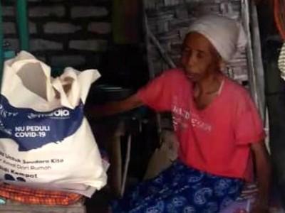 Tangis Kinaah, Nenek Buta Saat Terima Bantuan dari LAZISNU Jatim