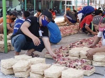 Kurangi Sampah Plastik, Masjid Baitul Amin Semarang Bagikan Daging Kurban Gunakan Besek