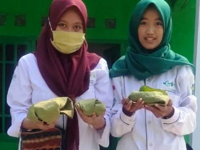 Hindari Plastik, NU di Sumenep Bungkus Daging Kurban dengan Daun Jati