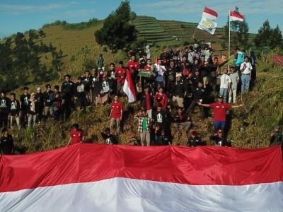 Peringati HUT RI, NU Back Packer Batang  Kibarkan Bendera di  Puncak Gunung Sipandu