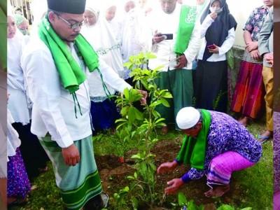 Hijaukan Lingkungan Pondok, Santri Al-Mizan Majalengka Tanam Pohon Sawo
