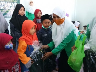 Merawat Tradisi 10 Muharram, Fatayat dan LAZISNU Sidoarjo Berbagi Bersama Yatim
