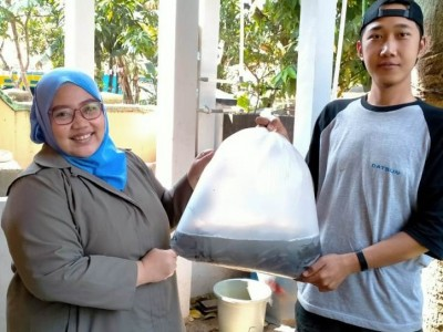 Dorong Usaha Pemuda, LAZISNU Kota Bandung Bagikan Benih Lele