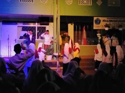 Unik, Santri Al-Hidayah Malang Padukan Upacara Hari Santri dengan Teater