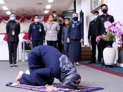 Raperda Pesantren Disetujui DPRD Lampung, Wagub Sujud Syukur