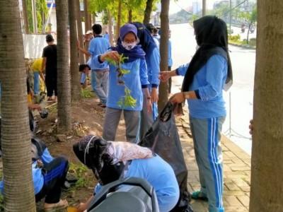 Sambut Hari Pahlawan, Mahasiswa UIN Walisongo Kerja Bakti Bersama Warga