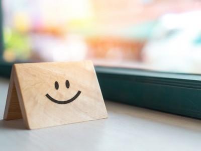 Hukum Melempar Senyum Mengejek dan Tertawa Menghina Orang Lain