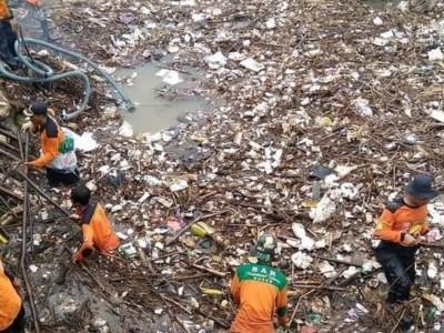 LPBINU Gerak Cepat Bersihkan Sampah Penyumbat Sungai Kesambi Kudus