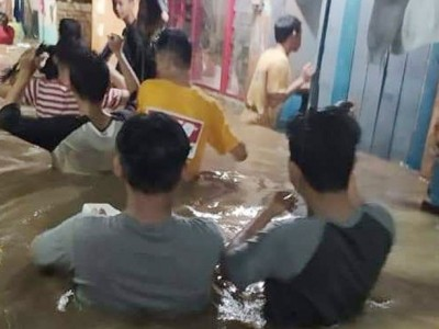 Dilanda Banjir Akibat Hujan Sehari, LPBINU Pekalongan Terjunkan Tim Evakuasi