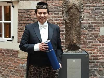 Sidang Doktor di Leiden, Ketua NU Belanda 2015-2017 Kenakan Sarung dan Peci