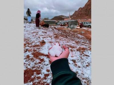 Pegunungan Tabuk di Arab Saudi Dipenuhi Salju