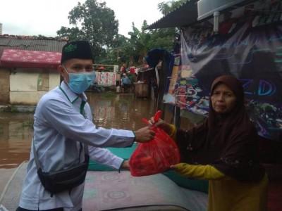 Banjir Jakarta Selatan, LAZISNU Berikan Bantuan untuk Warga