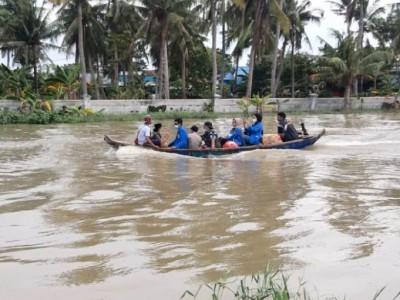 Pakai Perahu, Relawan NU Salurkan Bantuan untuk Warga Muara Gembong Bekasi
