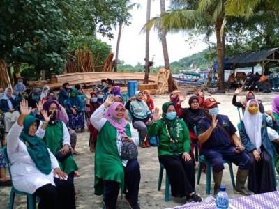 IPPNU Pesawaran Lampung Bagikan Sembako di Pulau Tegal