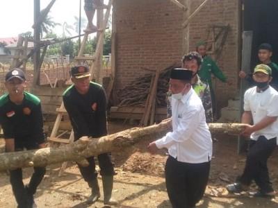 Kekompakan Tim NU Peduli Adiluwih Bantu Korban Puting Beliung