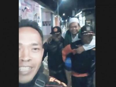 Banser di Jombang 'Terjang' Banjir dan Gendong Kiai Pulang Pengajian