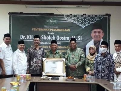 KH Sholeh Qosim Terima Penghargaan dari LTM PBNU