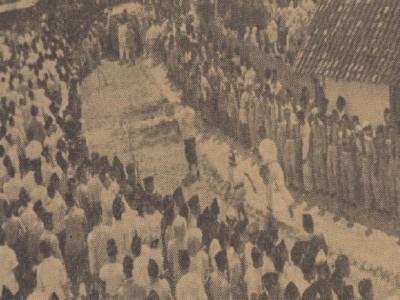 People stand along Surabaya-Jombang street to welcome the body of KH Wahid Hasyim