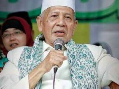 Innalillahi, Ulama Kharismatik Kudus KH Sya'roni Ahmadi Wafat