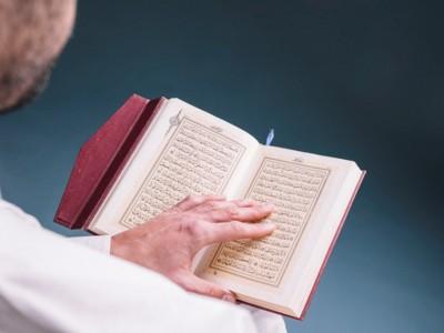 Hukum Membaca Al-Qur'an di Tengah Orang Shalat