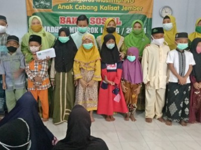 Akhiri Ramadhan, Muslimat NU Kalisat Jember Serahkan Sembako dan Santuni Anak Yatim