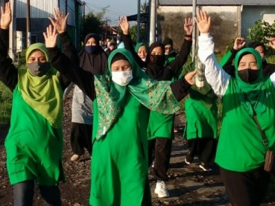 Cegah Lonjakan Covid-19, Muslimat NU Sukorambi Jember Gelar Jalan Sehat