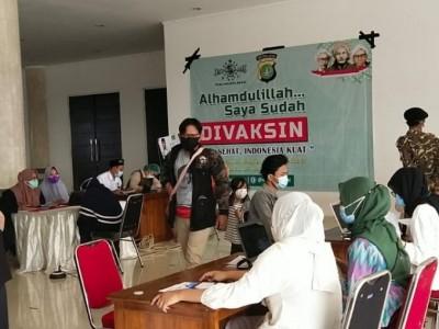 Non-Muslim dan Ribuan Warga Ikuti Vaksinasi di Masjid Raya KH Hasyim Asy'ari