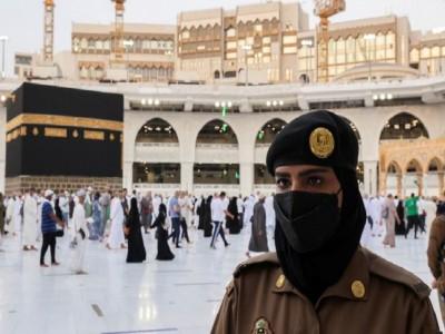 Untuk Pertama Kalinya, Wanita Saudi Berjaga di Mekah selama Haji