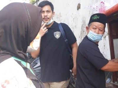 Anggota Banser DKI Wasroni Bagikan Lontong Sayur untuk Warga Isoman