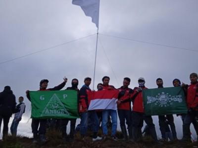 Pemuda Paniai Kibarkan Merah Putih dan Bendera NU di Puncak Bobaigo Papua